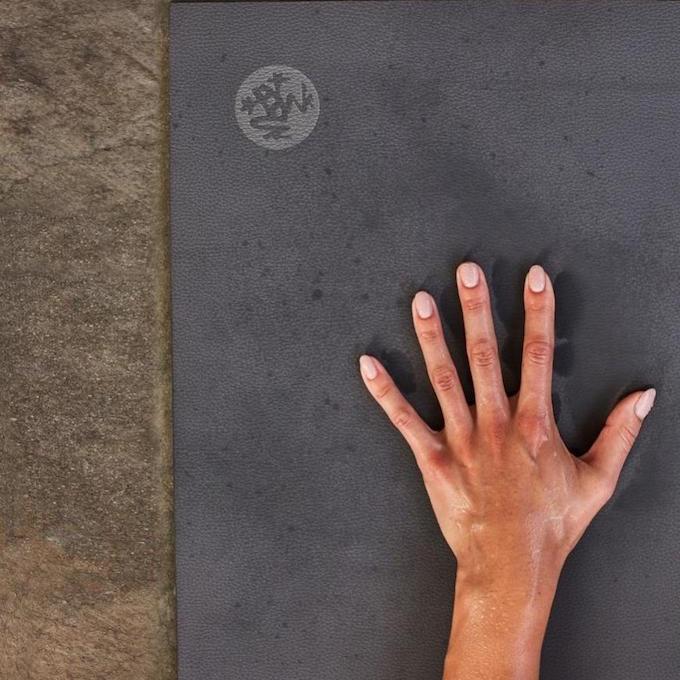 Manduka yogamåtte med fast greb - god til håndstand
