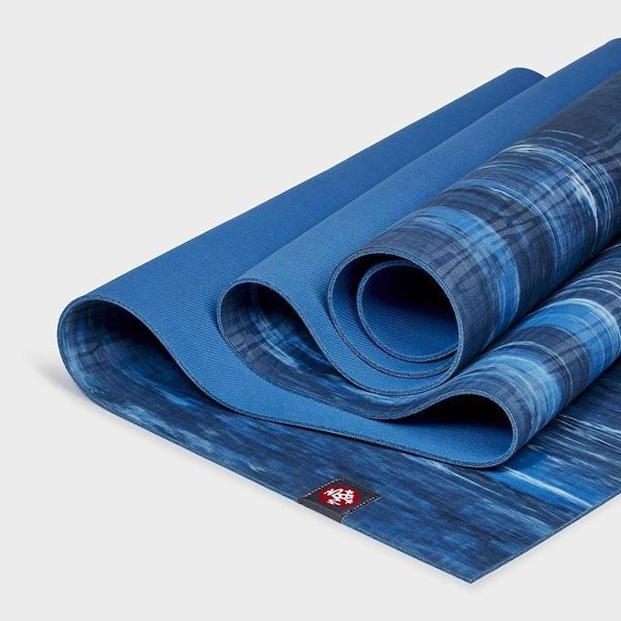 Manduka: Yogamåtte i rejsestørrelse blå
